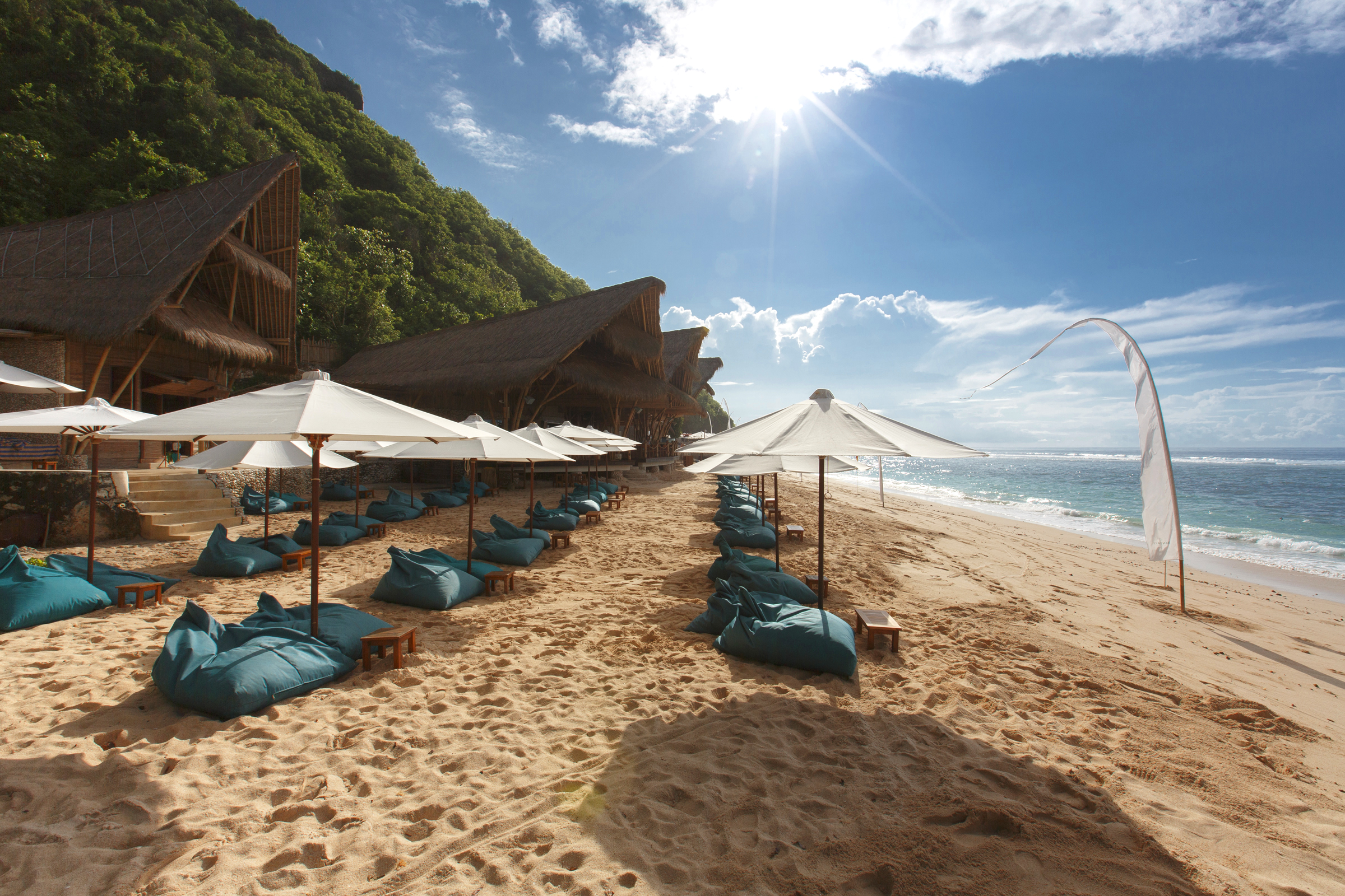 Sundays Beach Club Uluwatu Bali - A day at Sundays Beach Club